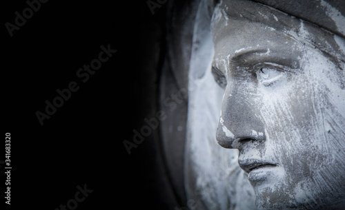 Photo Virgin Mary. Close up ancient stone statue. Fragment.