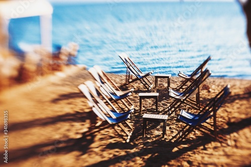 Photo Empty Chairs By Table Aon Shore At Beach