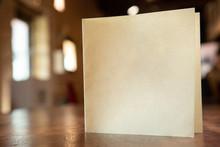 Biglietto In Bianco Su Un Tavo...