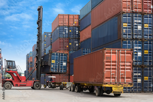 Foto crane lifting container box to container truck a logistics transports in shipyar