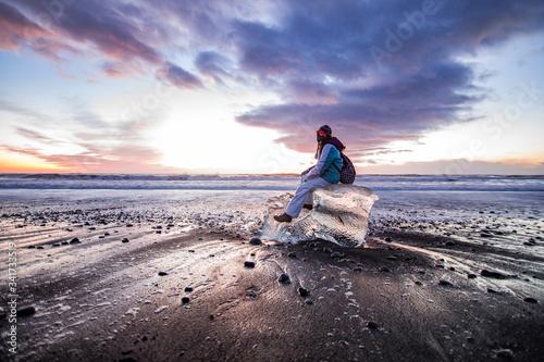 Playa de arena oscura y hielo. Amanecer en Islandia Canvas Print