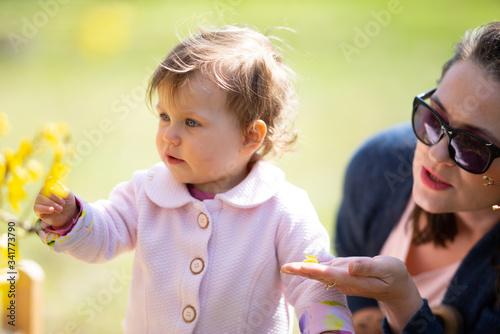 Fototapeta Mama pokazuję dziecku świat obraz