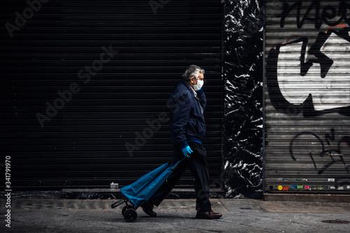 Fotografia Caballero con guantes y mascarilla va a la compra en el centro de Madrid vacio d
