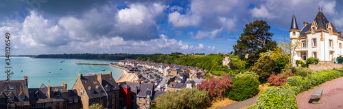 Photo Cancale view, city in north of France known for oyster farming, Brittany