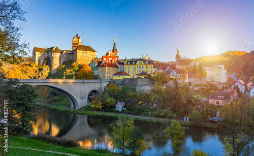 Fotografía Colorful town Loket in autumn over Eger river in the Sokolov District in the Kar