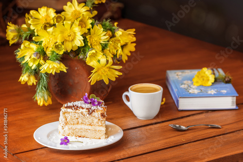 Photo A moment of relaxation, morning coffee with a delicious cake