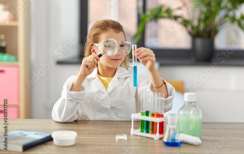 Fotografia education, science and children concept - girl in goggles with magnifier studyin