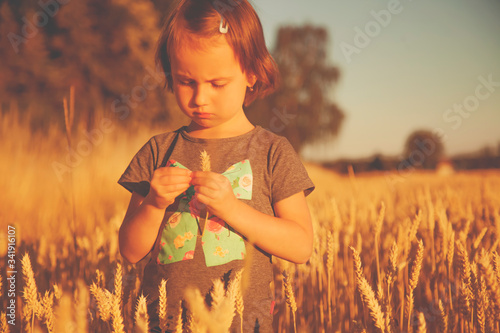 Photo Humorous image of young female farmer agronomist examine wheat field