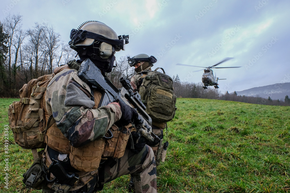 Fototapeta French soldiers from the 27th Alpine Fighter Regiment with a land force helicopter doing training during an exercice in order to go to Tchad and Mali for Barkhane Operation