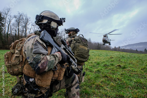 Fotografía French soldiers from the 27th Alpine Fighter Regiment with a land force helicopt