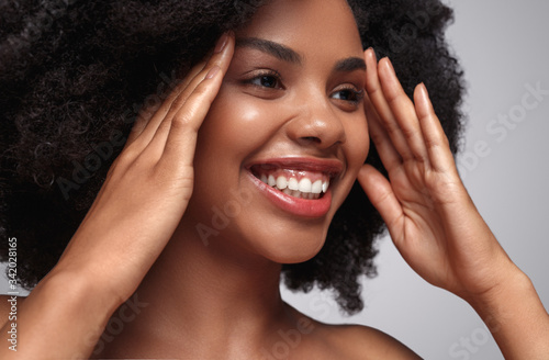 Photo Smiling black woman with beautiful skin
