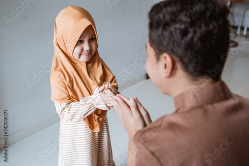 Cuadros en Lienzo daughter asking for forgiveness from father during eid mubarak