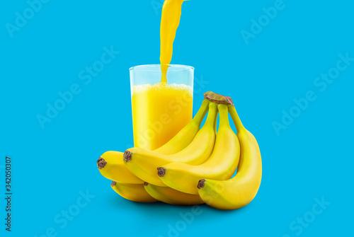 Photo Banana nectar pouring into a glass
