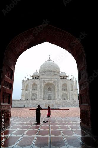 il complesso del Taj Mahal ad Agra in India Canvas Print
