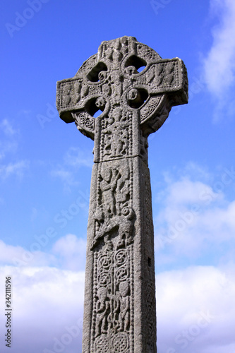 Photo Celtic cross in an Irish cemetery with blue sky