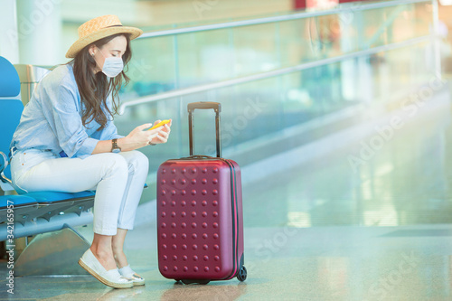 Fotografia Young tourist woman with baggage in international airport