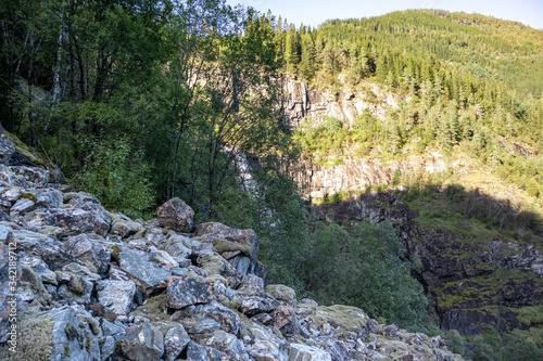 Fototapeta Wild trail rockfall