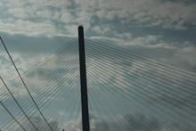 大型のつり橋 曇り空...