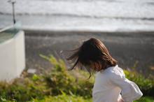 海辺につ少女のポートレート