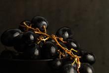 Uvas Negras Sobre Fondo Oscuro...