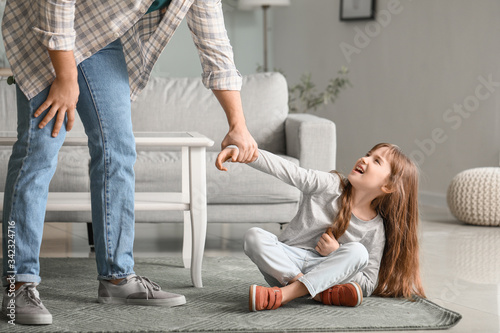 Fotografía Angry father threatening his daughter at home