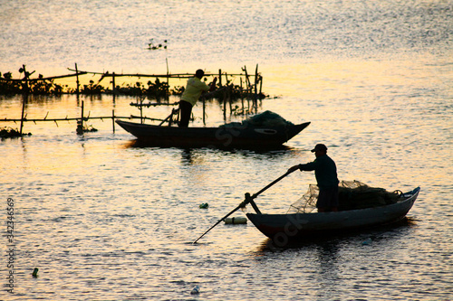 Photo Men In Boat On Sea During Sunset