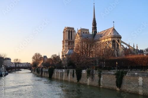 Cathédrale Notre-Dame de Paris au bord de la Seine, au soleil couchant, avec sa Canvas Print