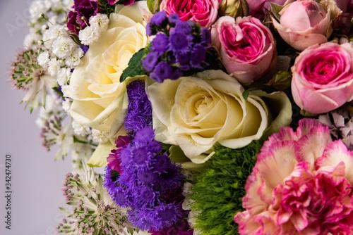 rose colorate e fiori composizione floreale con verde per sposi matrimonio © pphoto