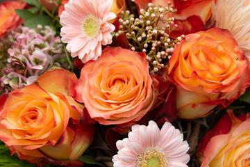 Strauss mit orangefarbenen Rosen und rosa Gerbera