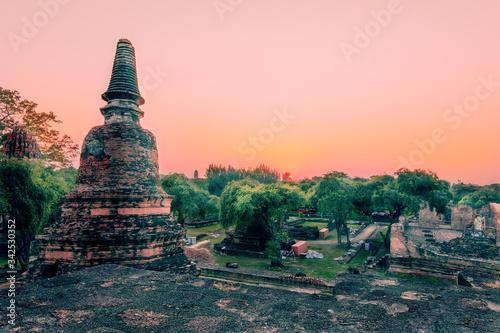 Magnífico atardecer al pie de una pagoda en el templo Wat Ratchaburana, en Ayutthaya Canvas Print