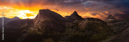 Fotomural Beautiful Panoramic View of American Rocky Mountains during Cloudy Summer Sunset or Sunrise