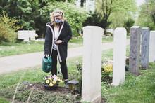 Frau Mit Atemmaske Auf Dem Friedhof, Trauer Zur Zeit Des Coronavirus