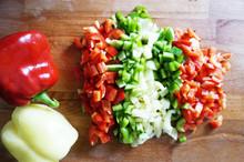Mieszanka Papryk Zielona, Czerwona, Biała, Pomidor, Sałatka Na Desce, świeże, Wilgotne I Smaczne