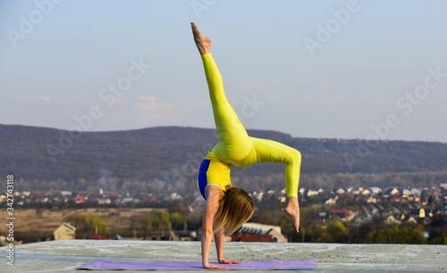 Valokuvatapetti Gymnastics athlete