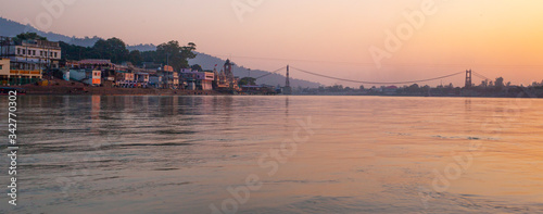 Photo Rishikesh, Uttarakhand / India - December 1, 2019 :Rishikesh city  with lots of