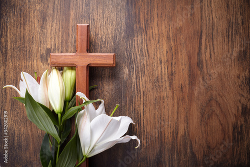 Fototapeta Wooden cross and white lily on rustic table