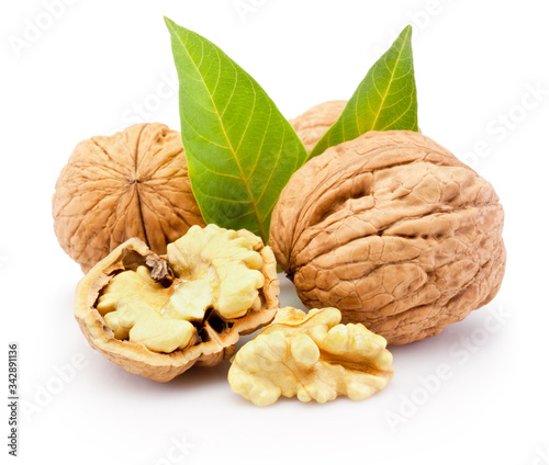 Fotografía Kernel and whole walnuts with leaves isolated on white background
