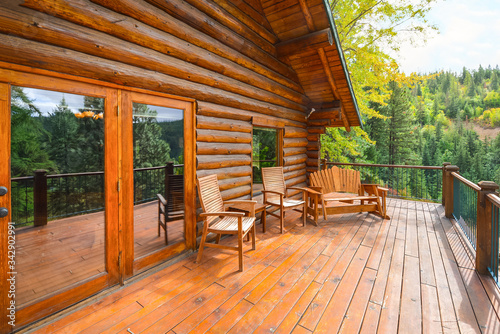 Fotografia Private rustic log home with a large wood plank deck in the North Idaho mountain