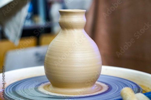Valokuva the process of working on the potter's wheel, an earthenware jug, unfired, exact