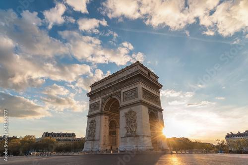 Photo Paris France city skyline sunset at Arc de Triomphe and Champs Elysees empty nob