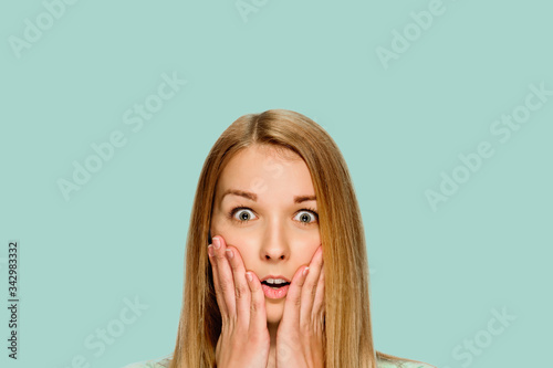 Carta da parati Portrait of young blonde woman with shocked facial expression
