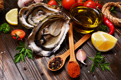 Photo Oysters with lemon and spices.