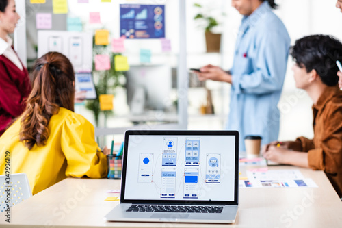 Fotografia ux developer and ui designer presenting  and testing mobile app interface design on whiteboard in meeting at modern office