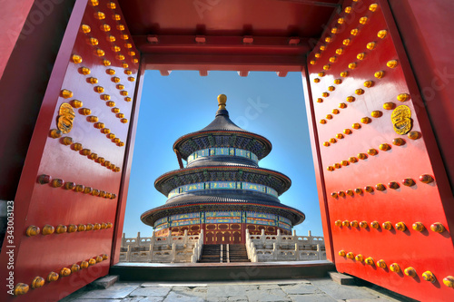Cuadros en Lienzo Traditional red entrance gate and the Temple of heaven in Beijing - China
