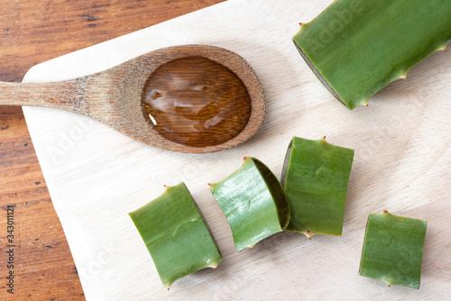 Aloe vera y extracto de aloe vera en una cuchara de madera Canvas Print