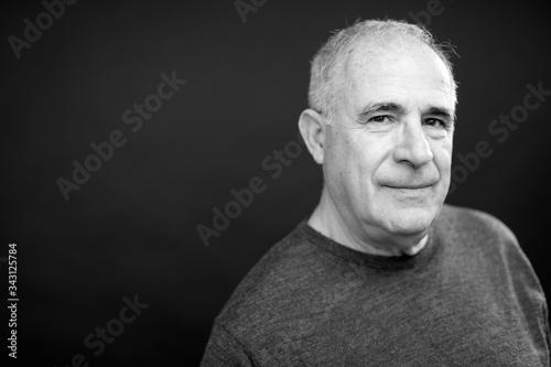 Photo Ritratto di anziano in b/n di, isolato su sfondo nero