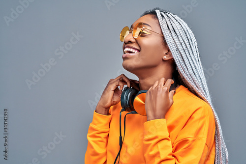 Photo Close up side view portrait of afro american woman with sunglasses listening to
