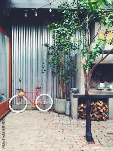 Billede på lærred Bicycle In Courtyard