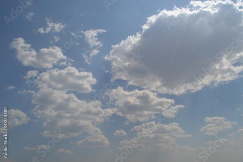 Photo Cielo azul con nubes blancas en una tarde de sol
