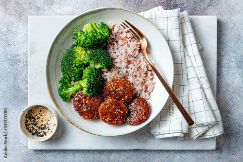 Fotografía Marinated tempeh in smoky bbq sauce marinade or teryaki tempeh with rice and ste